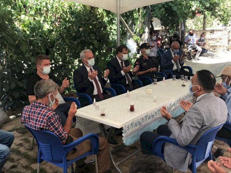 Vali Ömer Seymenoğlu şehit babası İbrahim Tunçbilek için ailesine taziye ziyaretinde bulundu.